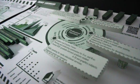 Besonders Designer toben sich gerne aus, wenn es um ihren eigenen Lebenslauf geht. Mohit Lakhmani setzt beispielsweise auf 3D-Papier. Weitere tolle Beispiele für kreative Lebensläufe finden sich in einer Galerie am Ende dieses Artikels.