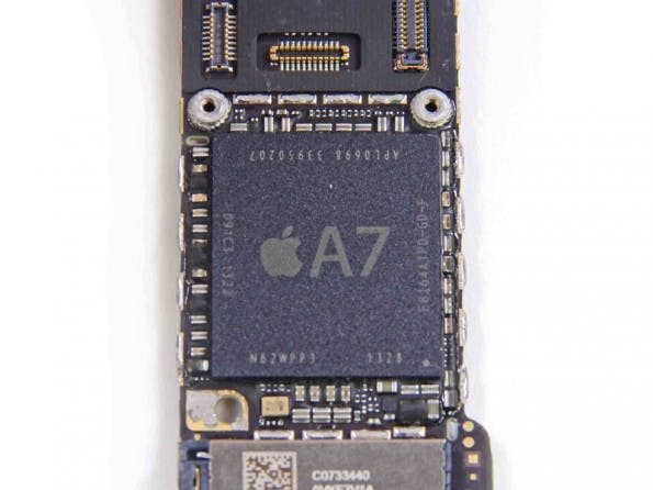 iPhone 5s im Teardown: So sieht der neue A7-Prozessor aus. Gefertigt wird er weiterhin von Samsung. (Quelle: iFixit.com)