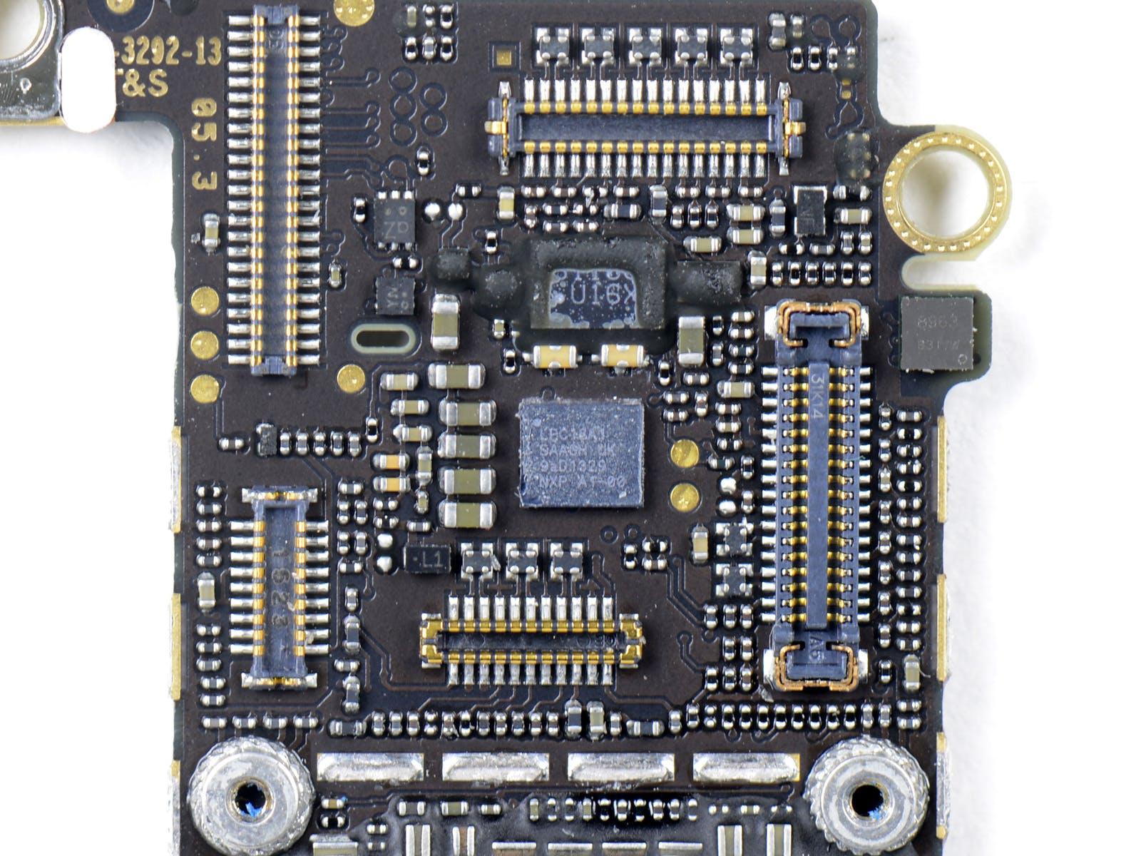 In der Mitte ist der neue M7-Coprozessor zu sehen, welcher die Daten aller Umgebungssensoren ständig verarbeitet. (Quelle: iFixit.com)