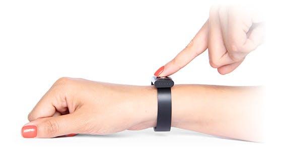 Berührt man den Sensor des Nymi, zeichnet das Armband ein EKG auf, mit dessen Hilfe sich der Nutzer authentifizieren kann. (Bild Nymi)