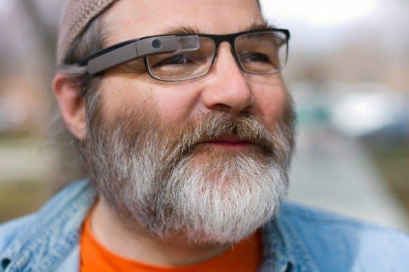Zwar ist Google Glass seit Kurzem auch für Brillenträger denkbar, doch wirklich ansehnlich ist das nicht. (Foto: Google)