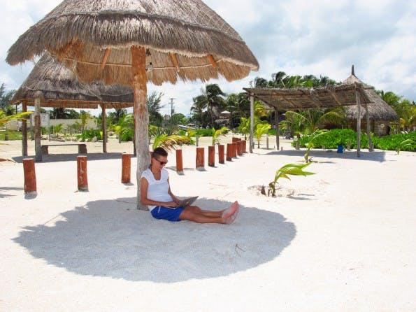 Arbeiten am Strand? Eine Herausforderung. (Foto: privat)