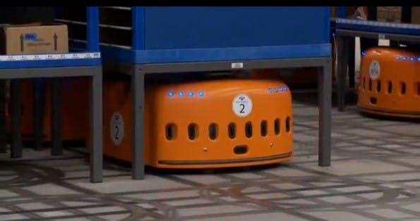 """Der Kiva-Roboter platziert sich unter einem Regal, schraubt sich durch Dreh-Bewegungen in die Höhe und """"trägt"""" dann das Regal mit sich fort. (Bild: Kiva Systems)"""