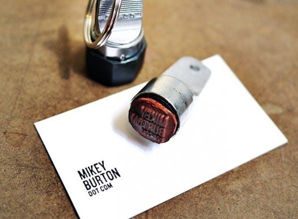 Klasse Idee: Minimalistische Visitenkarten per Stempeldruck. (Quelle: Mike Burton