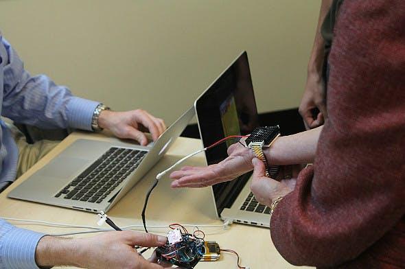 Das thermoelektrische Armband Wristify überlistet das körpereigene Temperaturempfinden und soll so Energiekosten senken. (Bild: MIT)