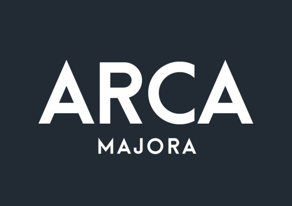 Der Font stammt von dem Designer Alfredo Marco Pradil aus Dubai. Achtung: Arca Majora bietet ausschließlich Großbuchstaben, aber dafür werden auch Umlaute unterstützt. (Grafik: Behance)