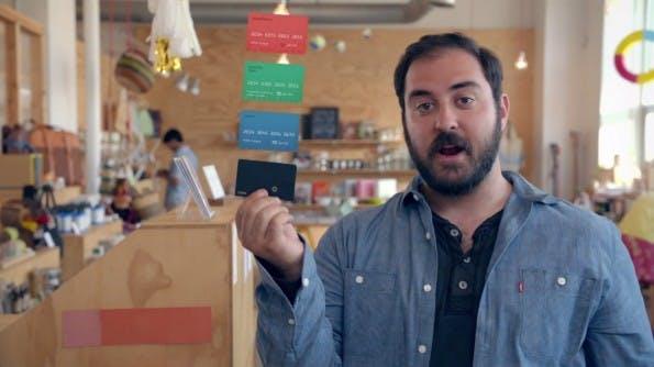 Coin vereint viele verschiedene EC-, Kredit-, Debit-, Kunden- und Bonuskarten in einem Gerät. Mit einem Druck auf den Knopf kann der Nutzer zwischen acht verschiedenen Kredit- und Bonuskarten hin- und herwechseln. (Screenshot: onlycoin.com)
