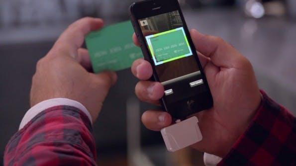 Die entsprechenden Karten müssen mit einem Kartenleser und einem Smartphone einmalig gescannt und fotografiert werden. Mit einem Druck auf den Knopf kann der Nutzer zwischen acht verschiedenen Kredit- und Bonuskarten hin- und herwechseln. (Screenshot: onlycoin.com)