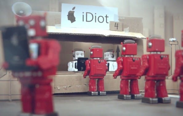 """iDiots-Video: Hörige Konsumenten, fremdgesteuert wie Roboter. (Screenshot:  """"iDiots""""-Video)"""