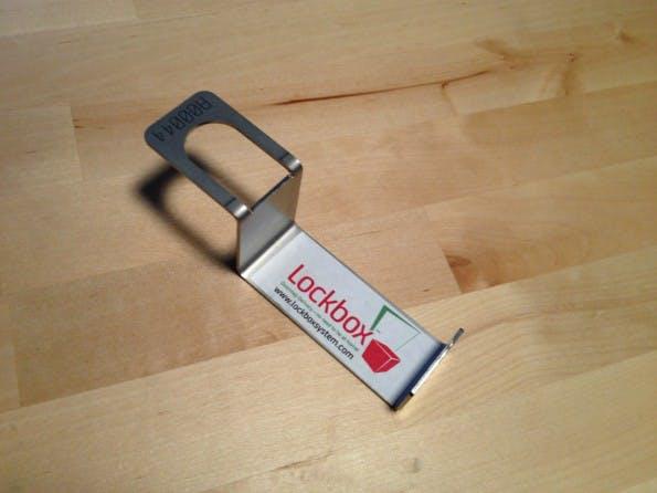 Der Lockbox-Anker wird einfach unter der Tür durchgeschoben und dient als Befestigungsmöglichkeit für die Lockbox. (Bild: Jochen G. Weber / t3n)