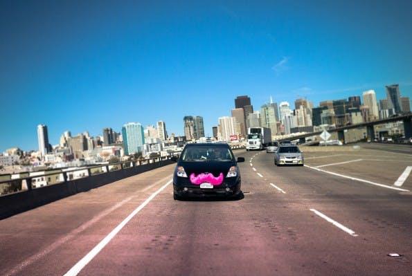 """Lyft-Fahrzeuge """"im Dienst"""" sind am rosa Schnurrbart immer von weitem zu identifizieren. (Quelle: lyft.com)"""