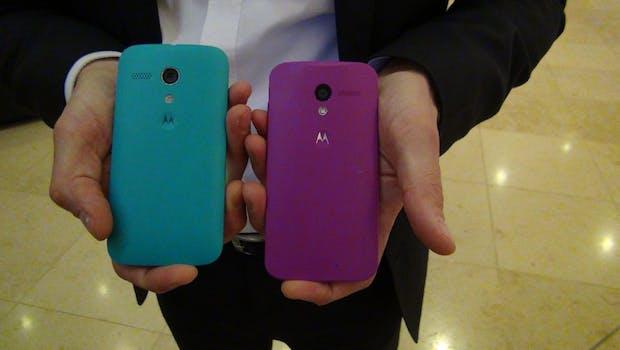 Das Motorola Moto G (links) ist von seinem großen Bruder, dem Moto X  (rechts) kaum zu unterscheiden. (Foto: Johannes Schuba)