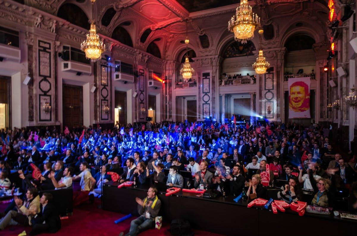 Pioneers Festival: Jubelnder Tech-Mob unter dem Kronleuchter