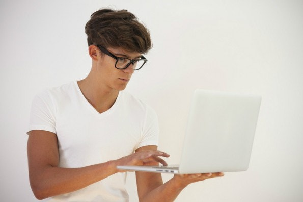 Für eine erfolgreiche Pressearbeit sollten Startups die Brille von Journalisten aufsetzen. (Foto: © gpointstudio - Fotolia.com)