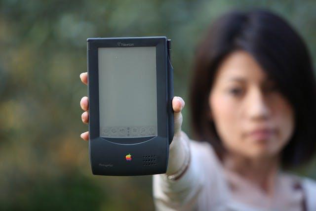 "1993: Das Newton  MessagePad. (Bild: <a href=""http://www.flickr.com/photos/br1dotcom/4736516629/"">Bruno Cordioli-Flickr</a> / <a href=""http://creativecommons.org/licenses/by/2.0/deed.de"">CC BY 2.0</a>)"