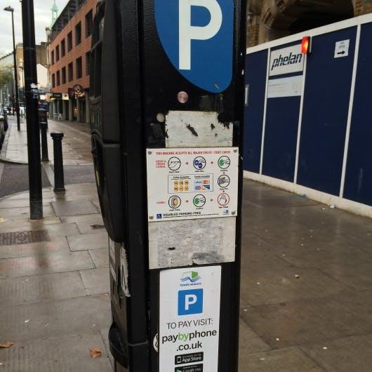 Sogar die Parkuhr kann mit Kreditkarte oder App bezahlt werden (Foto: Maik Klotz)