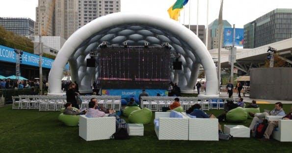 Eine der vielen Lounge-Ecken vor der Komzertbühne auf der Dreamforce-Plaza (Bild: J.G.Weber)