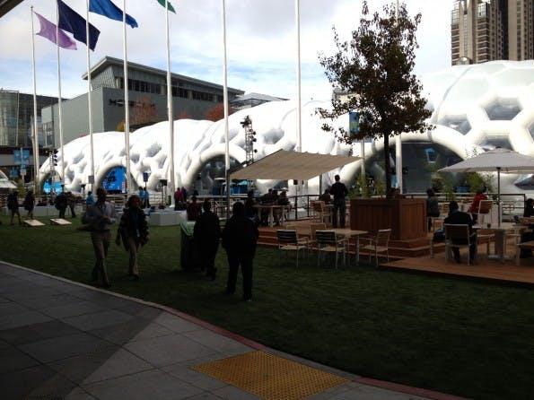Dreamforce-Plaza, das mit einem futuristischen Kuppelgebilde überzogene Freigelände der Messe  (Bild: J.G.Weber)