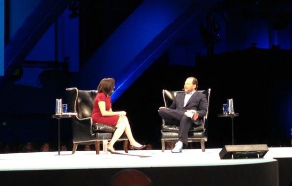 Sheryl Sandberg während der Dreamforce-Keynote im Gespräch mit Salesforce-CEO Benioff (Bild: J.G.Weber)
