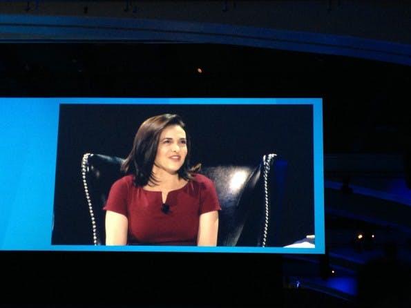 Sheryl Sandberg, COO Facebook, während der Dreamforce-Keynote (Bild: J.G.Weber)