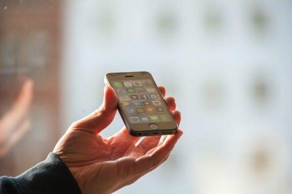 Hier kann man sehr schön den neuen Home-Button mit eingebauten Touch-ID-Fingerabdrucksensor sehen. (Foto: Dennis Wisnia)