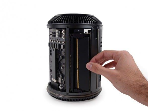 Mac Pro: Das Gehäuse lässt sich einfach entfernen. (Foto: iFixit)