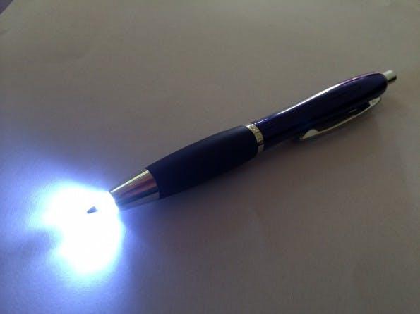 Use Case nicht klar. Kuli mit LED Beleuchtung (Foto: t3n)