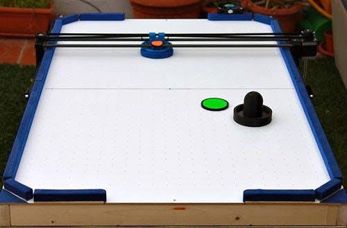 Der Air-Hockey-Roboter aus einem 3D-Drucker, Arduino und weiteren Komponenten lässt sich kostengünstig bauen. (Bild: Jose Julio)