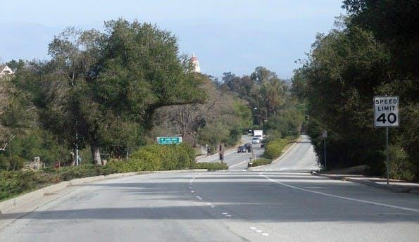 Die Sand Hill Road im kalifornischen Menlo Park: Hier reihen sich die schicken Gebäudekomplexe der finanzkräftigen VC-Firmen um Sequoia Capital und Co. aneinander. (Foto: © Coolcaesar at en.wikipedia)