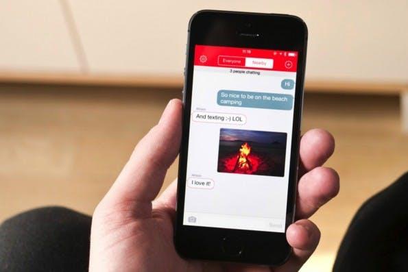 FireChat: Der Messenger funktioniert auch ohne Netz, nutzt Apple-Technik und könnte Mesh-Netzwerke endlich salonfähig machen. (Foto: The Verge)