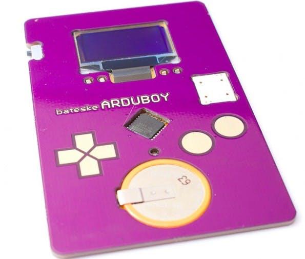 Arduboy: Mit der interaktiven Visitenkarte könnt ihr sogar Tetris spielen. (Foto: Kevin Bates)