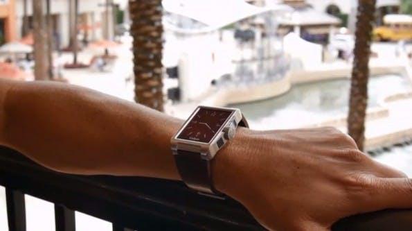 Carbon mit silbernem Gehäuse und braunem Leder-Armband – schicker als manch eine Smartwatch. (Screenshot: Kickstarter)