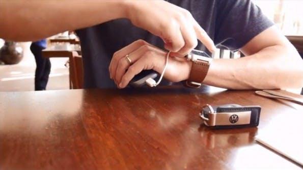 Die Akku-Armbanduhr Carbon soll das Smartphone laden, wenn der Saft knapp wird. (Screenshot: Kickstarter)