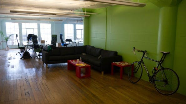 Das Buffer-Büro in San Francisco: Eine alte Loft-Wohnung mit wenig Ausstattung. (Foto: Moritz Stückler)