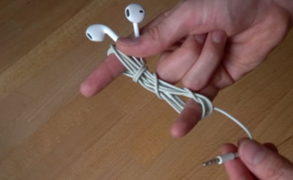Technik-Lifehacks #07 – Kopfhörer aufwickeln ohne Kabelsalat. (Bild: t3n.de)