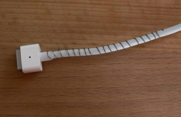Technik-Lifehack #02 – Kugelschreiber-Feder schützt vor Kabelbruch. (Bild: t3n.de)