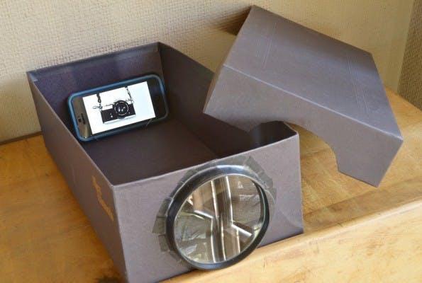 Technik-Lifehack #10 – Projektor aus Schuhkarton, Lupe und Smartphone. (Bild: apartmenttherapy.com)