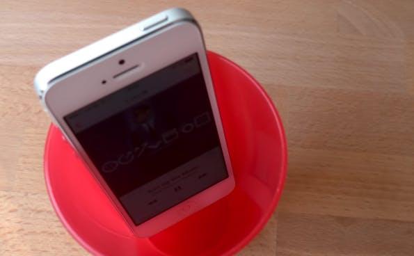Technik-Lifehack #08 – Becher als mobiler Schallverstärker für Smartphones. (Bild: t3n.de)