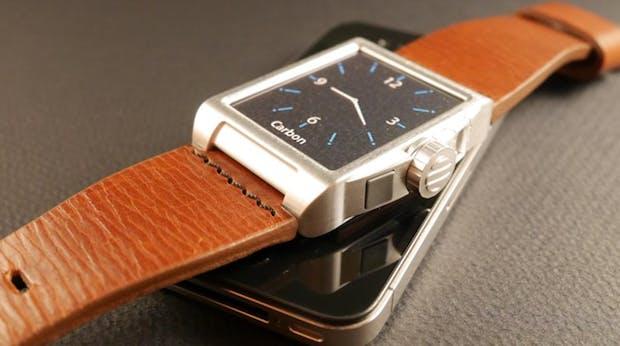 Akku-Armbanduhr Carbon lädt dein Smartphone unterwegs
