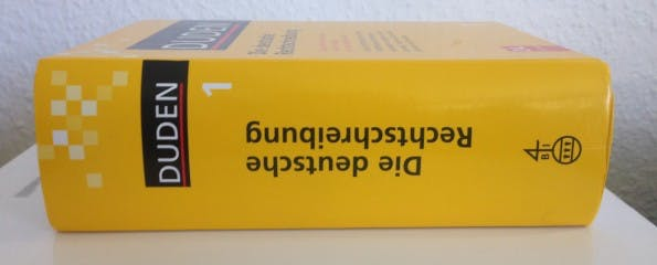 Der Duden ist die erste Anlaufstelle für alle Fragen zur Rechtschreibung und Grammatik. (Bild: Timo Stoppacher)