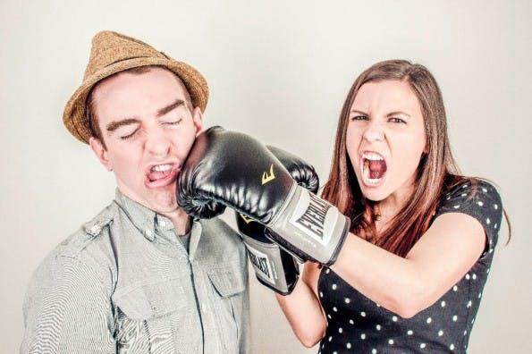 Sag der E-Mail-Flut den Kampf an: Verzichte auf unnötige Nettigkeiten. (Bild:  Ryan McGuire)