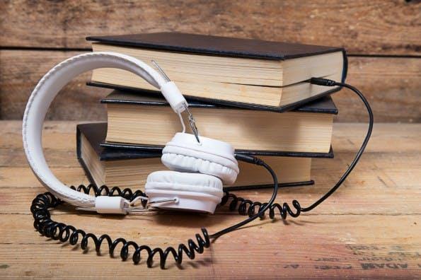 Musik am Arbeitsplatz: Für manch einen eine echte Waffe für mehr Produktivität, andere lenkt es eher ab. Was steckt dahinter? (Foto: © robcartorres - Fotolia.com)
