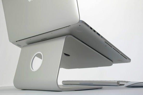 Schick und passgenau für jeden Schreibtisch: Der MacBook-Ständer von Raindesign. (Foto: Raindesign)
