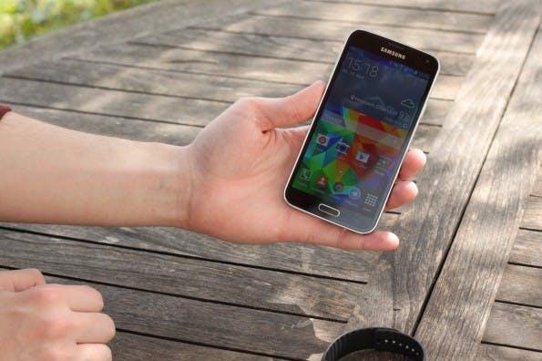 Der erste Eindruck überzeugt und das Samsung Galaxy S5 liegt gut in der Hand. (Foto: Johannes Schuba)