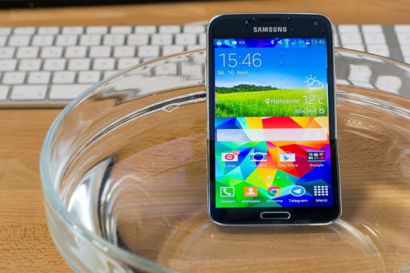 Kein Problem: Das Galaxy S5 geht ohne Probleme eine Runde baden. (Foto: Johannes Schuba)