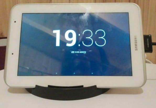 Technik-Lifehack #05 – Tablet-Ständer aus alter CD-Spindel. (Bild: instructables.com)