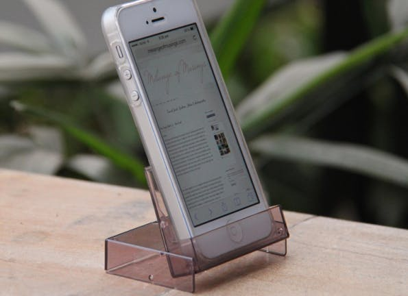 Technik-Lifehacks #03 – Smartphone-Ständer aus alter Kassetten-Hülle. (Bild: melangeofmusings.com)