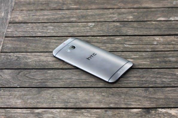 Die Rückseite des HTC One ist geprägt durch die beiden Kameras, den LED-Blitz und die Plastik-Streifen für die Konnektivität.  Es fällt auf, dass das Gerät in Wirklichkeit schicker aussieht, als auf Pressefotos. (Foto: Johannes Schuba)