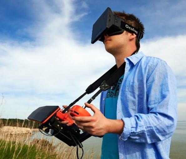 Der Skycontroller ist eine optionale Fernbedienung für die Parrot Bebop und lässt sich an die VR-Brille von Oculus Rift anschließen. (Bild: Parrot)
