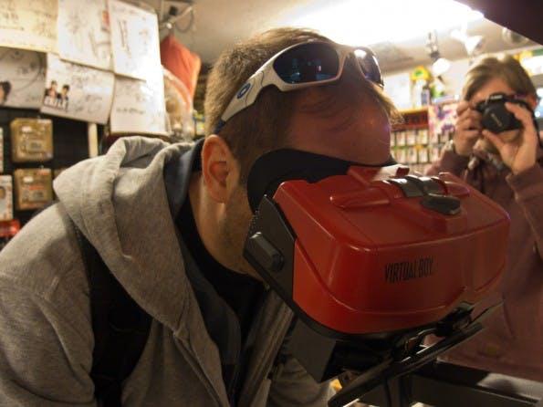 Virtual Reality von Nintendo. Der Virtual Boy gehörte zu den Projekten der 90er Jahre, die allesamt floppten. Hier beim Anspielen im Retro-Gamer-Paradies Superpotato in Tokio. (Bild: Sébastien Bonset)